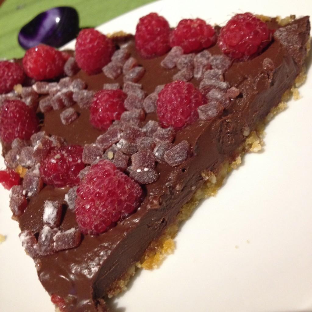 vegan cheesecake con ganache di cioccolata e frutti di bosco