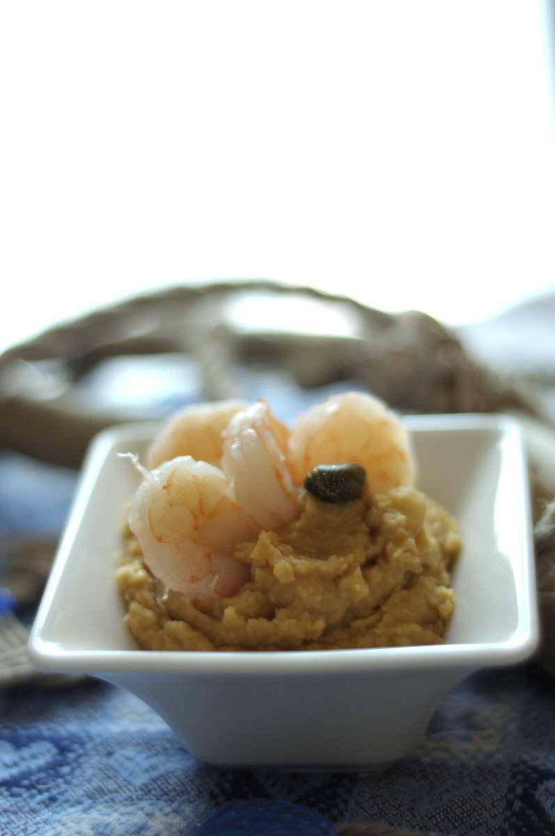 crema di ceci e mazzancolle al limone . Vista del piatto dall'alto con sottopentola in stile marinaro