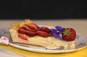crostata di fragole e viole